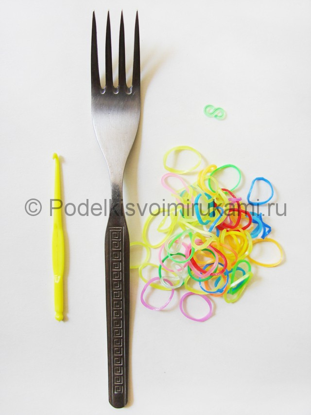 Ажурный браслет из резинок. Плетение на вилке. Фото 1.