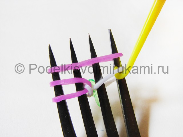 Ажурный браслет из резинок. Плетение на вилке. Фото 8.
