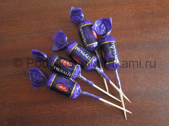 Несколько конфет на зубочистках.