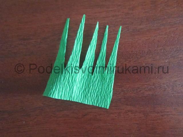 Из зелёной бумаги вырезаем чашелистики.