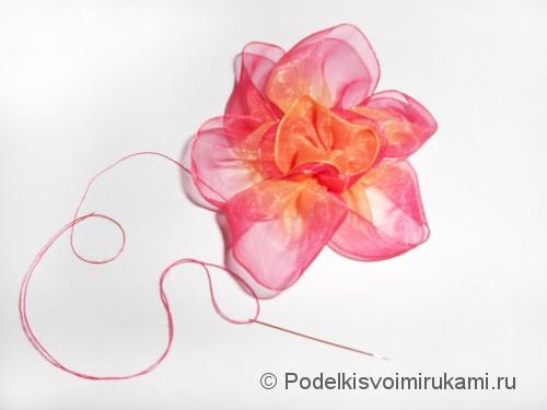 Цветок из капроновой ленты. Шаг №11. Фото 2.
