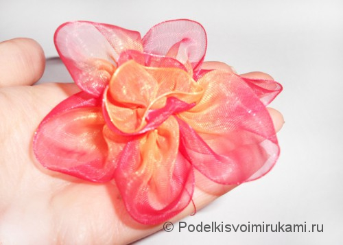 Цветок из капроновой ленты. Шаг №12.
