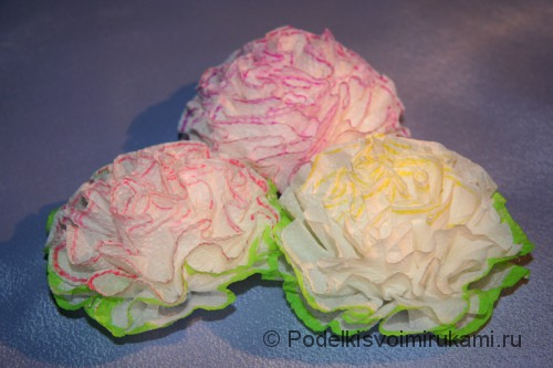Как сделать цветы из салфеток. Итоговый вид поделки. Фото 2.