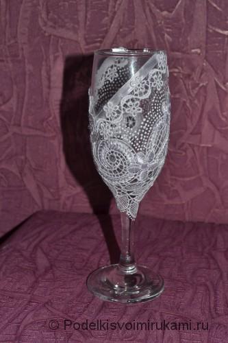Приклеиваем атласную ленту на свадебный бокал.