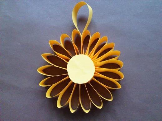 Цветок - ёлочная игрушка из бумаги. Итоговый вид поделки.