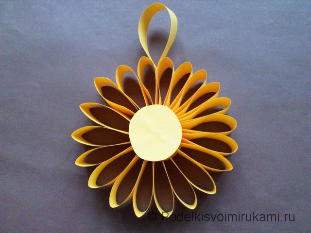 Цветок - ёлочная игрушка из бумаги. Итоговый вид поделки. Фото 1.