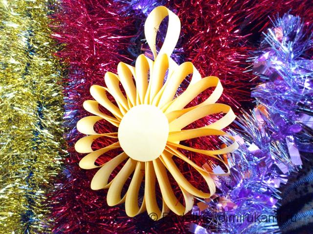 Цветок - ёлочная игрушка из бумаги. Итоговый вид поделки. Фото 2.