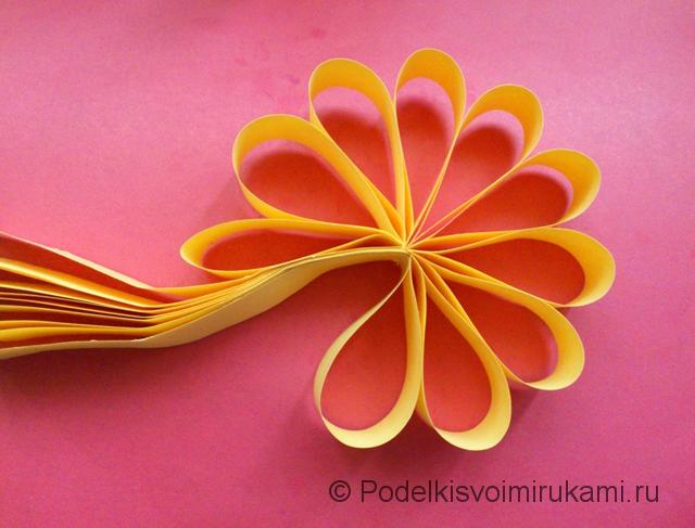 Цветок - ёлочная игрушка из бумаги. Шаг №6.