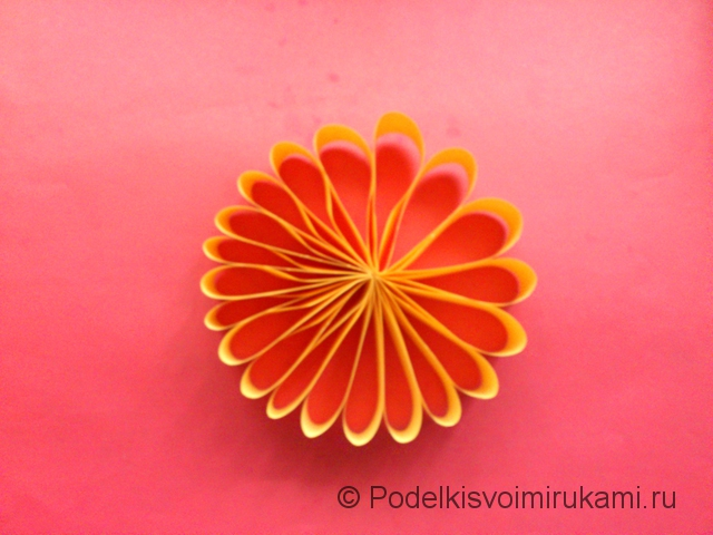 Цветок - ёлочная игрушка из бумаги. Шаг №7.