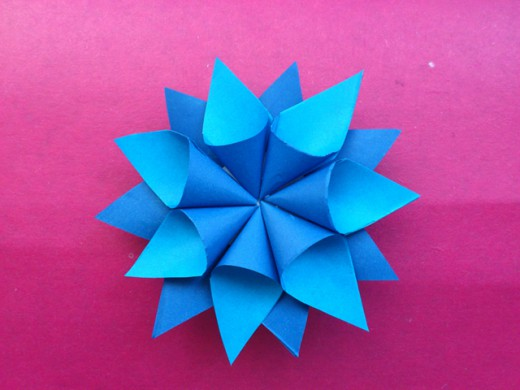 Как сделать объёмную снежинку из бумаги. Итоговый вид поделки.
