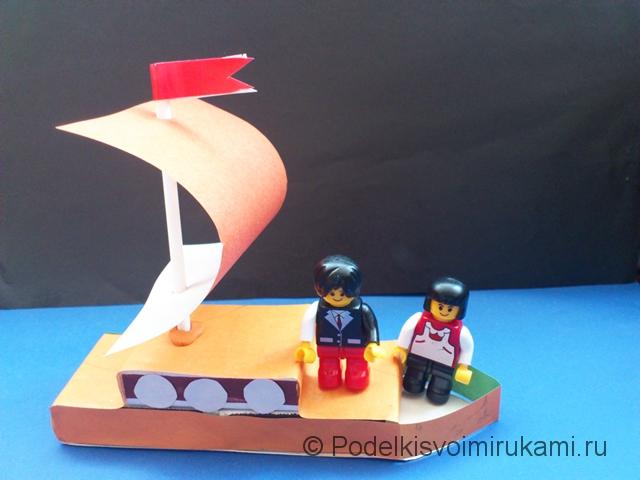 Кораблик из цветной бумаги. Итоговый вид поделки.