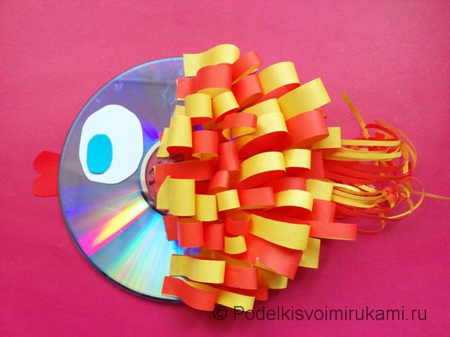 Рыбка из диска и цветной бумаги. Итоговый вид поделки.