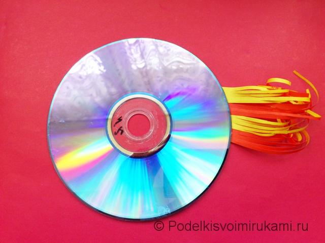 Рыбка из диска и цветной бумаги. Шаг №5.