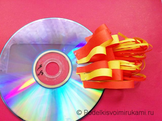 Рыбка из диска и цветной бумаги. Шаг №8.