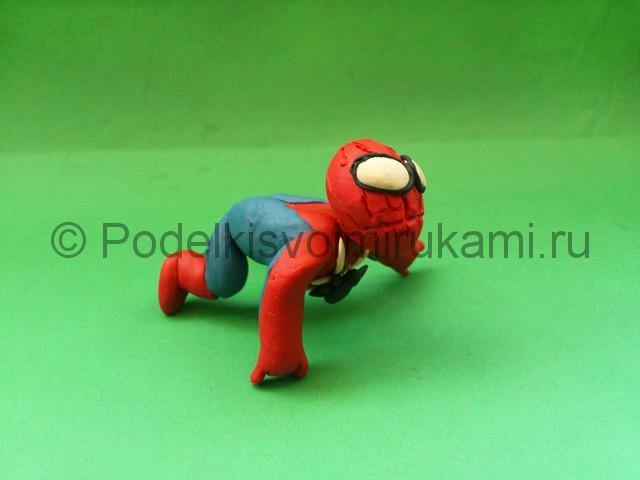 Человек-паук из пластилина. Итоговый вид поделки. Фото 1.