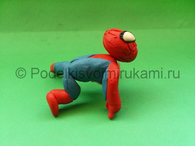 Человек-паук из пластилина. Итоговый вид поделки. Фото 2.