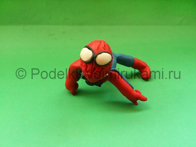 Человек-паук из пластилина. Итоговый вид поделки. Фото 3.
