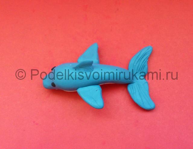 Дельфин из пластилина. Итоговый вид поделки. Фото 3.