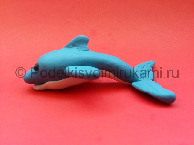 Дельфин из пластилина. Итоговый вид поделки. Фото 2.