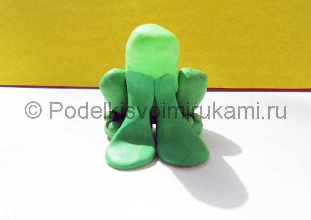 Как слепить лягушку из пластилина. Шаг №7. Фото 7.1.