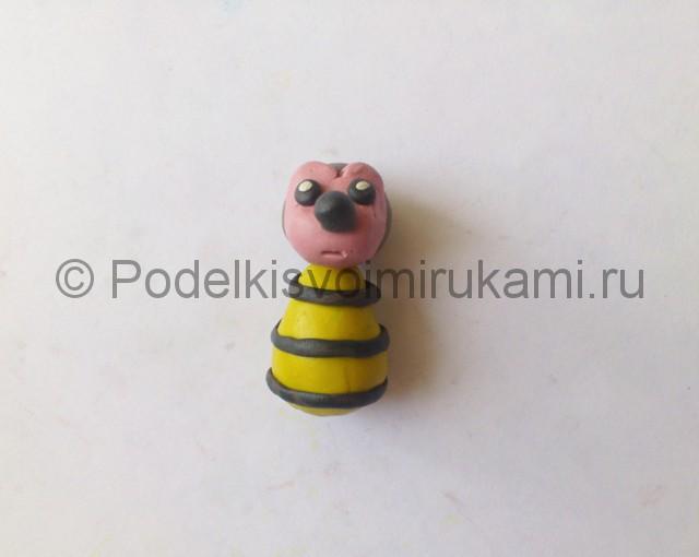 Как слепить пчелу из пластилина. Шаг №7.