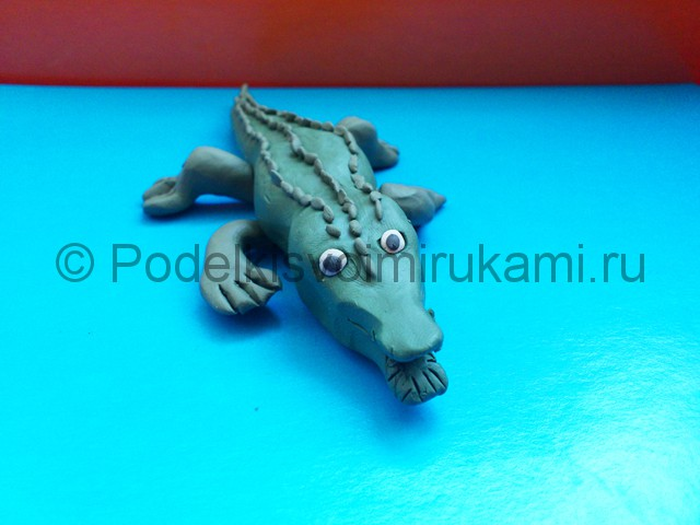 Крокодил из пластилина. Итоговый вид поделки. Фото 2.