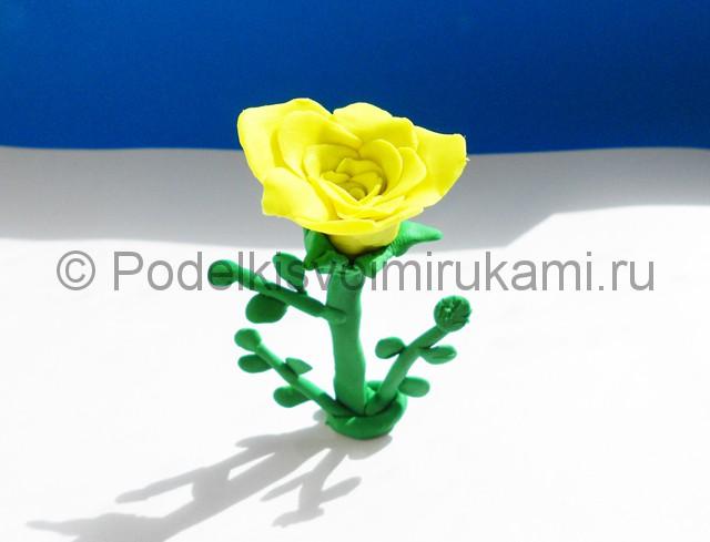 Лепка жёлтой розы из пластилина. Итоговая поделка. Фото 2.