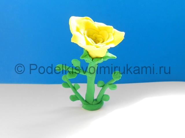 Лепка жёлтой розы из пластилина. Итоговая поделка. Фото 3.