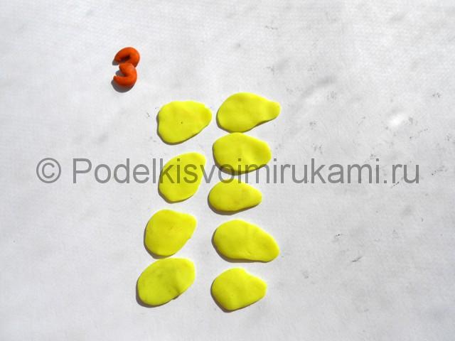 Лепка жёлтой розы из пластилина. Шаг №3.