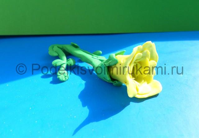 Лепка жёлтой розы из пластилина. Итоговая поделка. Фото 1.