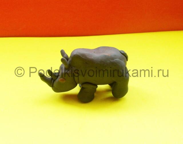Носорог из пластилина. Итоговый вид поделки. Фото 3.