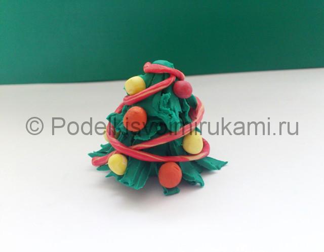 Новогодняя ёлка из пластилина. Шаг №10.