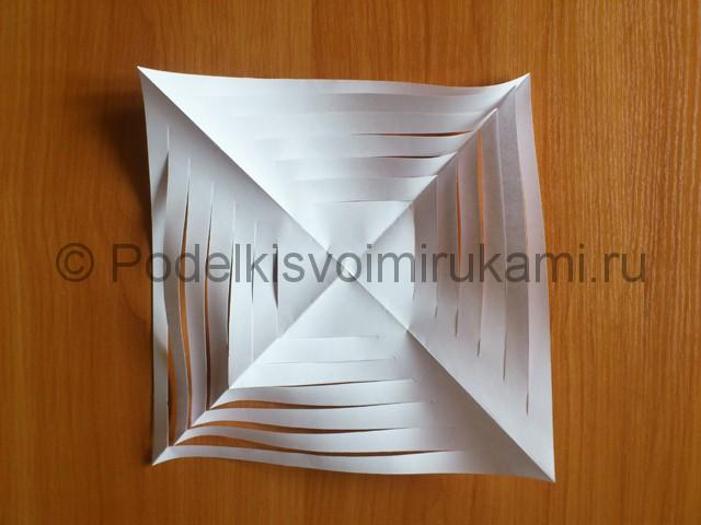 Объемная белая снежинка из бумаги. Шаг №7.
