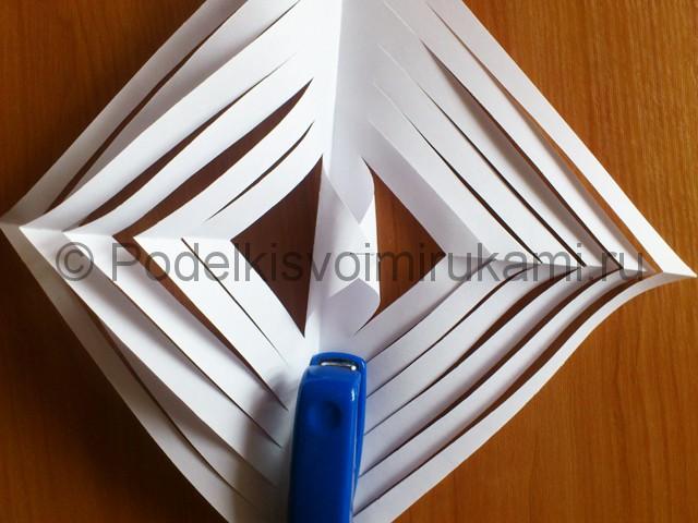 Объемная белая снежинка из бумаги. Шаг №8.