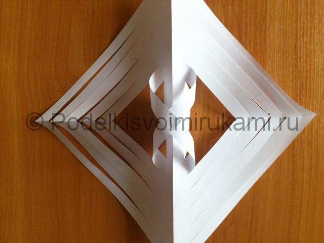 Объемная белая снежинка из бумаги. Шаг №9.