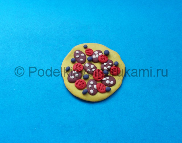 Пицца из пластилина. Шаг №5.