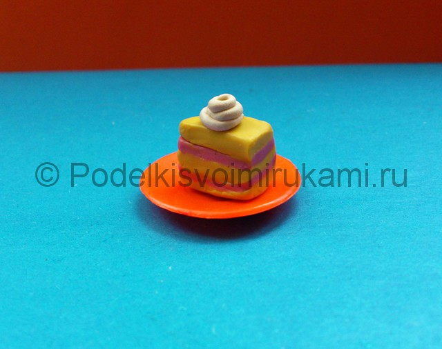 Пирожное из пластилина. Итоговый вид поделки. Фото 2.