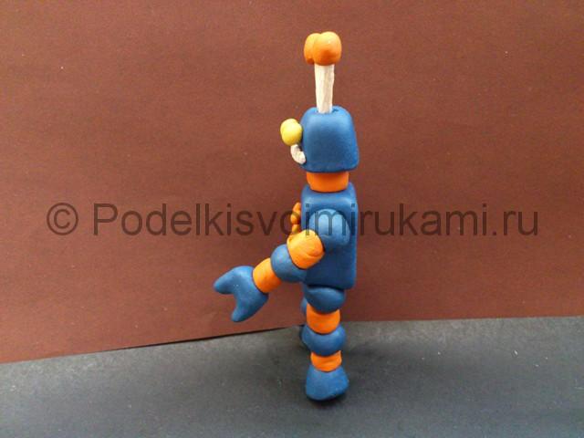 Робот из пластилина. Итоговый вид поделки. Фото 2.