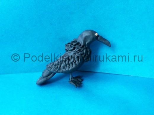 Ворона из пластилина. Итоговый вид поделки.