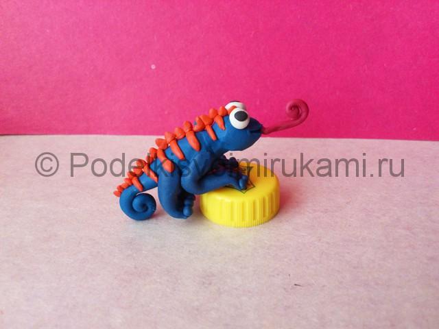 Хамелеон из пластилина. Итоговый вид поделки. Фото 3.
