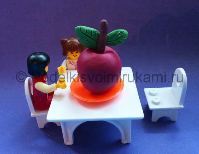 Яблоко из пластилина. Итоговый вид поделки. Фото 3.