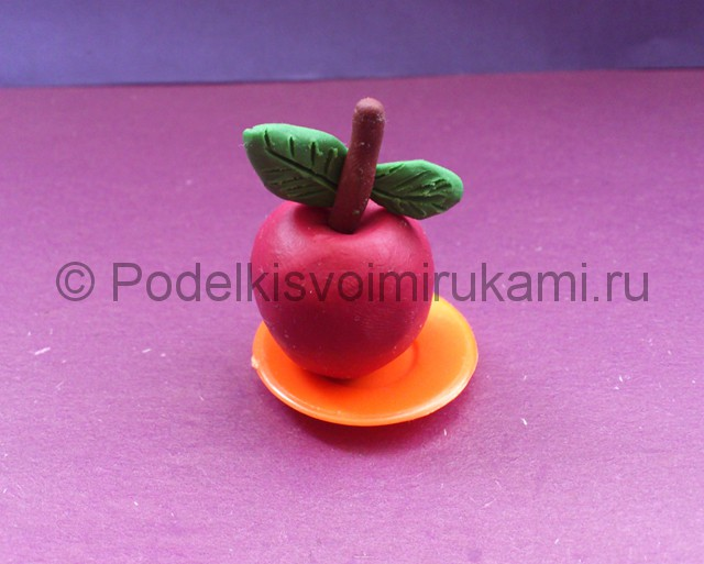 Яблоко из пластилина. Итоговый вид поделки. Фото 2.