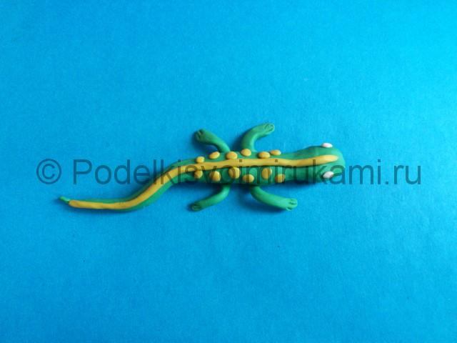 Ящерица из пластилина. Итоговый вид поделки. Фото 2.