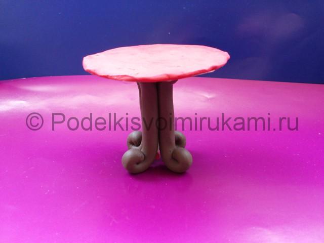 Поделка стола из пластилина. Итоговый вид поделки. Фото 1.