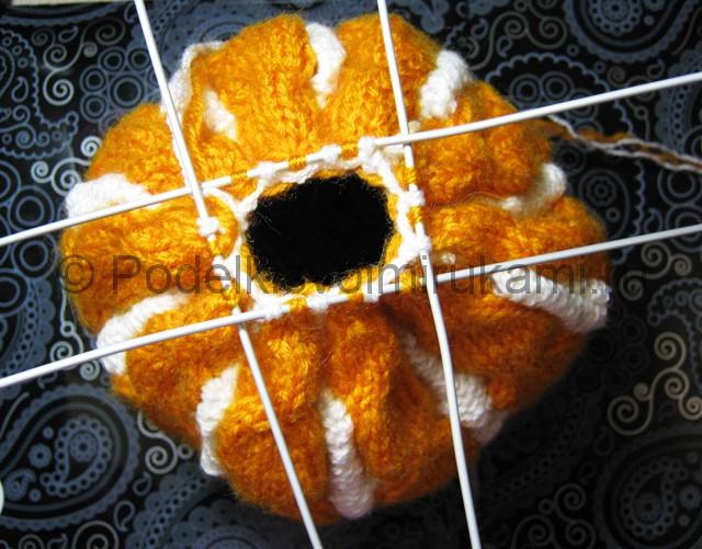 Как связать шапку с помпоном спицами. Фото 17.