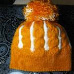 Как связать шапку с помпоном спицами. Итоговый вид поделки.