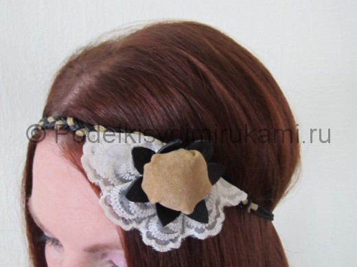 Оригинальное украшение-полоска для волос своими руками. Итоговый вид поделки.