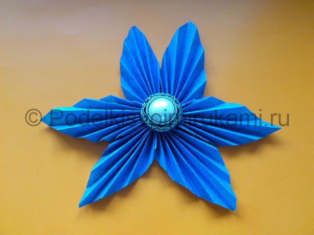Яркий цветок из бумаги своими руками. Итоговый вид поделки.