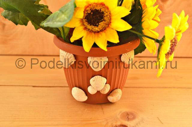 Декорирование цветочного горшка ракушками. Фото 11.