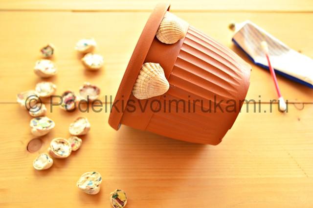 Декорирование цветочного горшка ракушками. Фото 8.